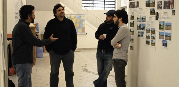 """O diretor Cao Hamburger (de frente) discute detalhes de """"Xingu"""" com o diretor de arte Cássio Amarante, o diretor de fotografia Adriano Goldman e o ator Caio Blat"""