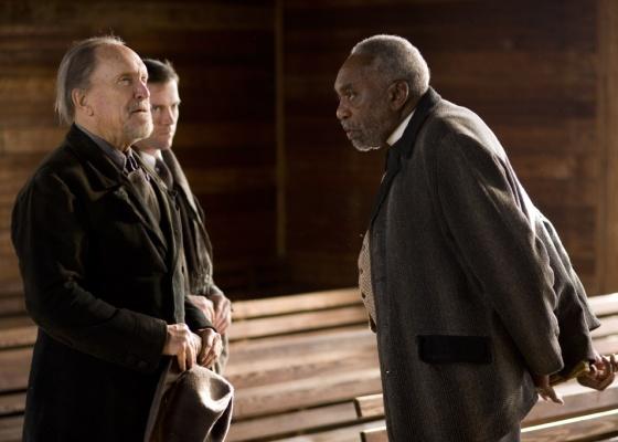 Em Get Low, o personagem vivido por Robert Duvall arma falso funeral para saber o que os outros pensam dele