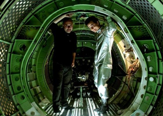 O diretor Cláudio Torres ao lado de Wagner Moura no set de O Homem do Futuro