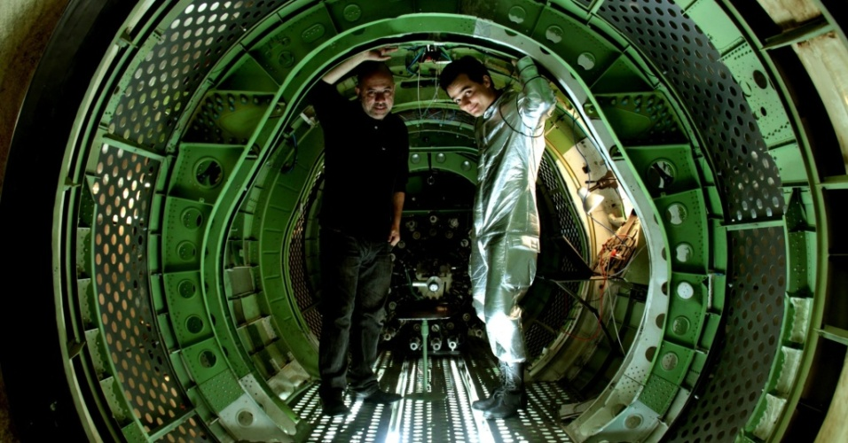 O diretor Cláudio Torres ao lado de Wagner Moura no set de