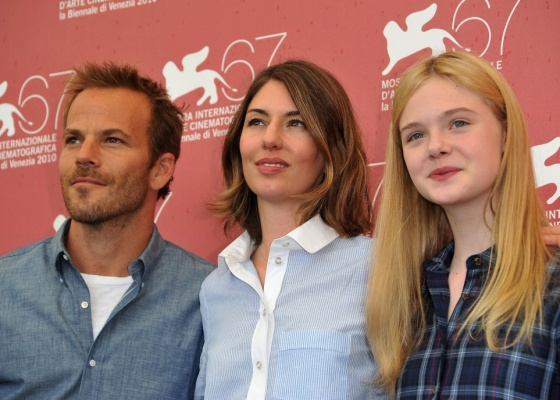 A diretora Sofia Coppola (centro), que participa de Veneza com ''Somewhere'', posa para foto com os atores Stephen Dorff e Elle Fanning (3/09/2010)