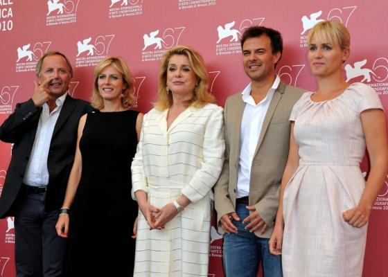 Da esquerda para a direita: Fabrice Luchini, Karin Viard, Catherine Deneuve, François Ozon e Judith Godreche da comédia Potiche posam para foto durante Festival de Veneza