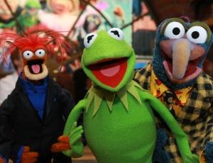 Pepe, Caco, o sapo, e Gonzo, personagens do programa Os Muppets