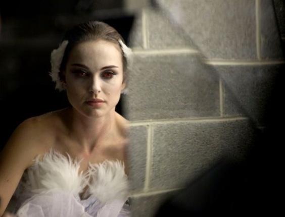 A atriz Natalie Portman interpreta uma bailarina no drama psicológio