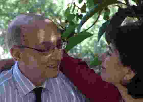 """José Saramargo e sua esposa, a jornalista Pilar Del Rio, em cena do filme """"""""José e Pilar"""""""" - Divulgação"""