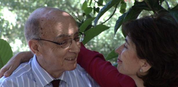 """José Saramargo com sua esposa, a jornalista Pilar Del Rio, em cena do filme """"""""José e Pilar"""""""" - Divulgação"""