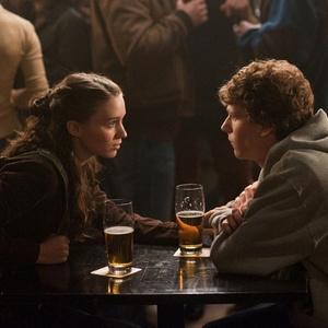 """Erica Albright (Rooney Mara) e Mark Zuckerberg (Jesse Eisenberg) são ex-namorados em """"""""A Rede Social"""" - Divulgação"""
