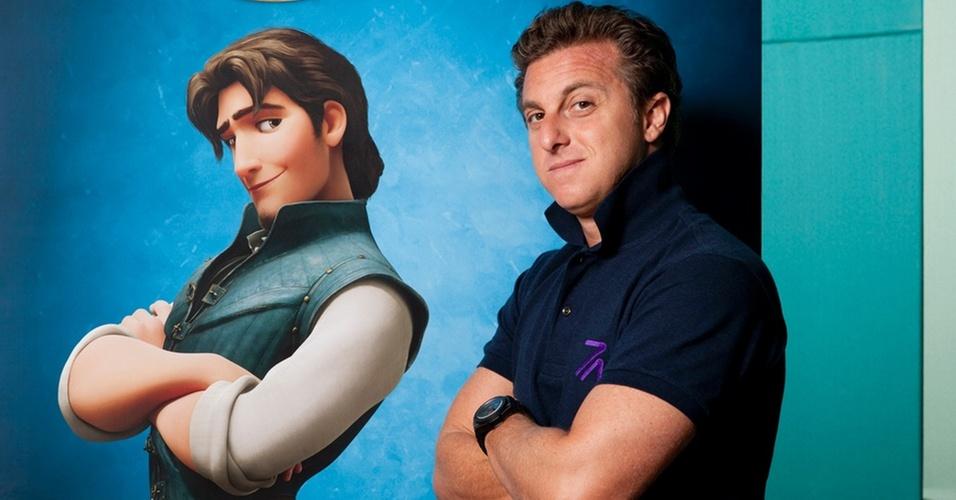"""Luciano Huck ao lado de Flynn, personagem da animação """"Enrolados"""", da Disney/Pixar"""