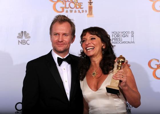 """O ator Ulrich Thomsen e a diretora Susanne Bier comemoram o Globo de Ouro de Melhor Filme Estrangeiro de """"Em um Mundo Melhor"""" (16/01/2011) - GettyImages"""