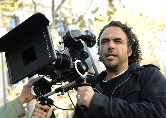 "Alejandro González Iñárritu, diretor de """"Biutiful"""", é visto nas filmagens - Divulgação/ Imdb"