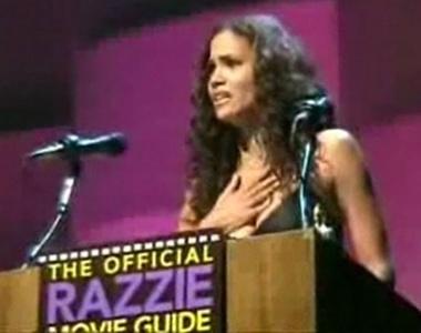 Halle Berry aceita o prêmio de pior atriz por