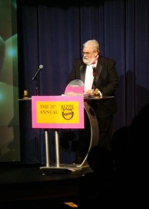 John Wilson na cerimônia de entrega do 29º Framboesa de Ouro - Reprodução/Razzies/Par Lance