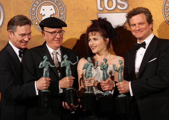 Da direita para a esquerda: Colin Firth, Helena Bonham Carter,Geoffrey Rush e Anthony Andrews, vencedores do prêmio de melhor elenco por ''O Discurso do Rei'', concedido pelo  Screen Actors Guild Awards, premiação norte-americana (30/01/2011)