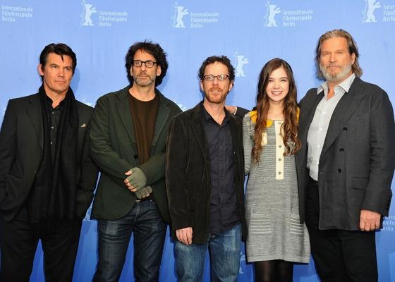 Da esquerda para a direita: o ator Josh Brolin, os diretores Joel e Ethan Coen, a atriz Hailee Steinfeld e o ator Jeff Bridges participam do Festival de Berlim com ''Bravura Indômita'' (10/02/2011)
