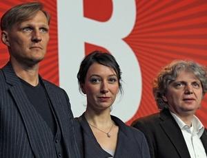 Os atores Georg Friedrich e Ursula Strauss acompanham o diretor Wolfgang Murnberger durante a apresentação de My Best Enemy (16/02/2011)