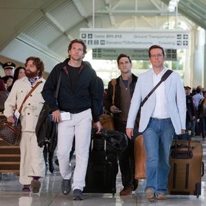 Personagens de Se Beber, não Case! 2 caminham no aeroporto
