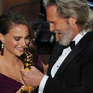 Jeff Bridges entrega o Oscar de melhor atriz para Natalie Portman (27/2/2011)