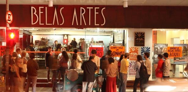 Movimentação na noite desta quinta-feira, a última de funcionamento do Cine Belas Artes (17/03/2011)