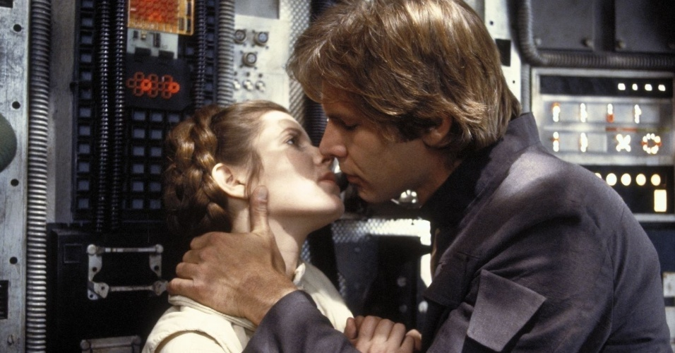 Han Solo (Harrison Ford) beija a Princesa Leia (Carrie Fisher)