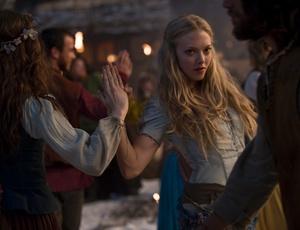 Amanda Seyfried dança em cena do filme ''A Garota da Capa Vermelha''