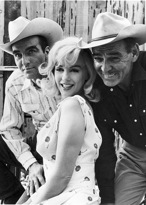 Montgomery Clift (de camisa clara), Marilyn Monroe e Clark Gable no set de Os Desajustados