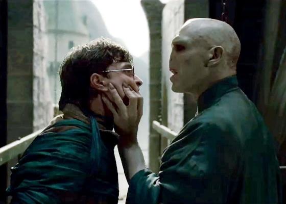 Harry Potter (Daniel Radcliffe) enfrenta seu inimigo mortal, Voldemort (Ralph Fiennes) em Harry Potter e as Relíquias da Morte - Parte 2