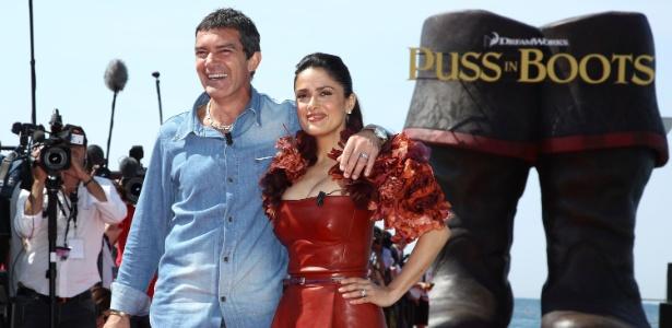 """Antonio Banderas e Salma Hayek posam para foto em frente à escultura promocional de """"O Gato de Botas"""" (11/05/2011)"""