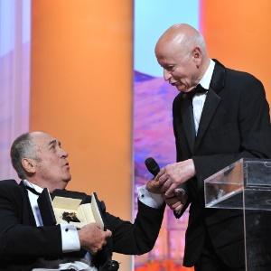 Bernardo Bertolucci recebe a Palma de Ouro honorária das mãos de Gilles Jacob (11/05/2011)