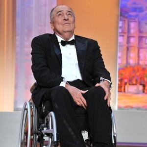 Bernardo Bertolucci se emociona no palco da cerimônia de abertura do Festival de Cannes (11/05/2011)