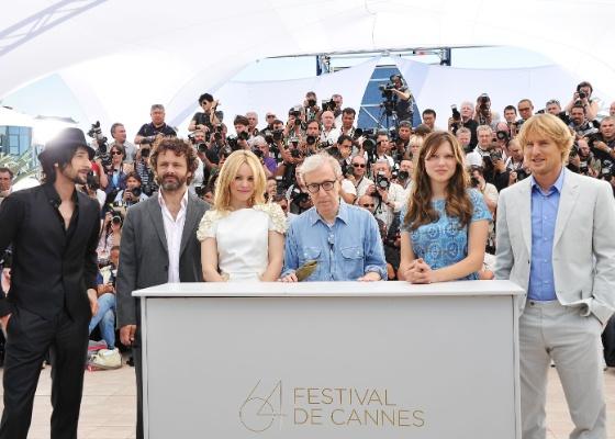"""Da esq. para a dir.: Adrien Brody, Michael Sheen, Rachel McAdams, Woody Allen, Lea Seydoux e Owen Wilson participam da sessão de """"Meia Noite em Paris"""" no Festival de Cannes (11/05/2011)"""
