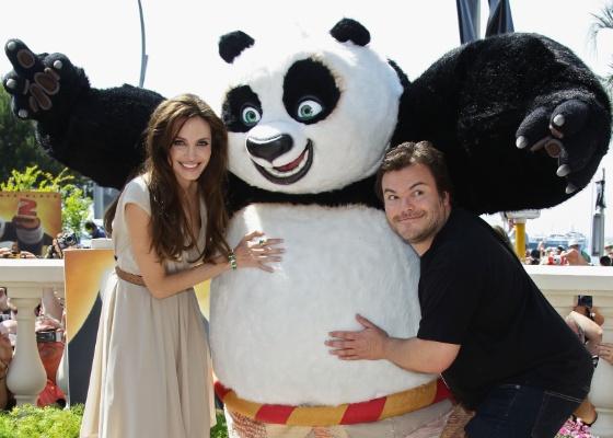 Angelina Jolie e Jack Black posam para foto com Po, de Kung Fu Panda 2 (12/05/2011)