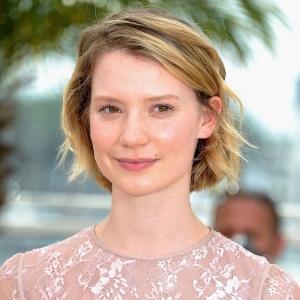 """Atriz de """"Inquietos"""", Mia Wasikowska é fotografa em Cannes (13/05/2011)"""