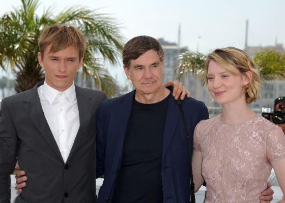 Diretor Gus Van Sant (centro) posa para foto com os atores Henry Hopper e Mia Wasikowska, de Inquietos (13/05/2011)