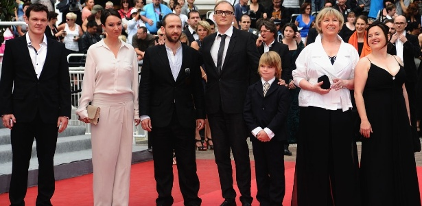 """O diretor do filme """"Michael"""" Markus Schleinzer (no centro) no Festival de Cannes, acompanhado dos atores Viktor Tremmel, Ursula Strauss, Michael Fuith, David Rauchenberger, Christine Kain e Gisella Salcher"""