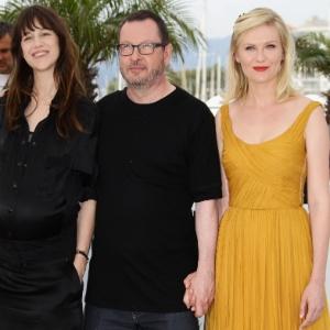 """Da esquerda para a direita: a atriz Charlotte Gainsbourg, o diretor Lars Von Trier e a atriz Kirsten Dunst vão à sessão de """"Melancolia"""""""