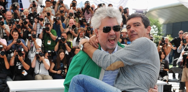 """O diretor Pedro Almodóvar pega o ator Antonio Banderas no colo depois da sessão de fotos de """"A pele que Habito"""""""