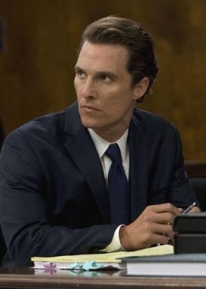 """Matthew McConaughey interpreta um advogado no filme """"O Poder e a Lei"""""""