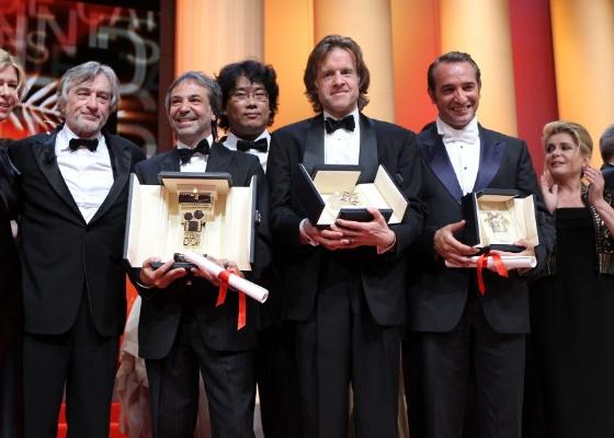 Robert De Niro posa com os ganhadores Pablo Giorgelli (revelação), Bill Pohlad (melhor filme), Jean Dujardin (melhor ator) após premiação - Valery Hache/AFP