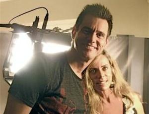 Jim Carrey e Bruna Lombardi posam para foto em estúdio de Los Angeles