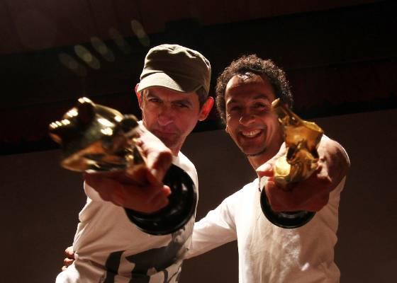 """Claudio Assis e Irandhir Santos fazem pose para os fotógrafos com seus troféus """"Menina de Ouro"""" na festa de encerramento e entraga de prêmios do Festival de Paulínia 2011 (14/07/2011)"""