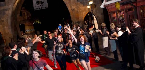 """Fãs chegam para exibição de """"Harry Potter e as Relíquias da Morte - Parte 2"""" no parque """"The Wizarding World of Harry Potter"""", nos Estados Unidos - Daniel Leclair/AP"""