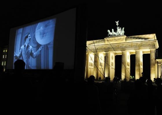 O filme de Charles Chaplin O Grande Ditador é exibido nos portões de Brandenburg, em Berlim (15/4/2011). O evento aconteceu por causa da abertura do festival de cinema Chaplin Complete