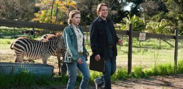 """A atriz Scarllet Johansson e o ator Matt Damon em cena de """"Compramos um Zoo"""""""