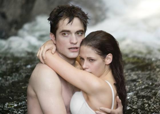 """Em cena do último filme da saga """"Crepúsculo"""", Bella e Edward aparecem nadando numa cachoeira"""