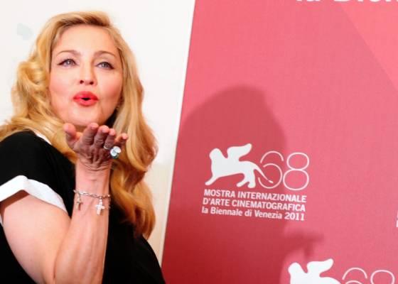 """Madonna manda beijos aos fãs em Veneza, onde ela divulgou o filme """"W.E"""" (1/9/11)"""
