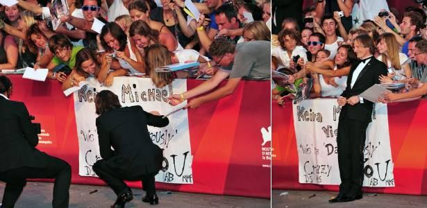 """O ator Viggo Mortensen autografa cartaz para fãs antes da exibição de """"A Dangerous Method"""", filme de David Cronenberg em que contracena com Keyra Knightley e Michael Fassbender. O longa concorre ao Leão de Ouro em Veneza (2/9/2011)"""