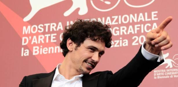 James Franco acena para fãs durante a sessão de fotos no festival de Veneza (4/9/11)