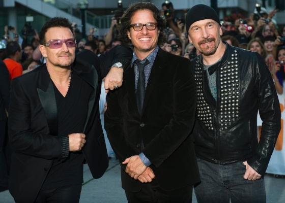 "Da esquerda para a direita Bono, Davis Guggenheim e The Edge durante premiére de ""From the Sky Down"", sobre a carreira do U2 (8/9/2011)"