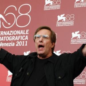 """O diretor William Friedkin posa para fotógrafos em Veneza. Ele está apresentando """"Killer Joe"""" na competição (8/9/2011)"""
