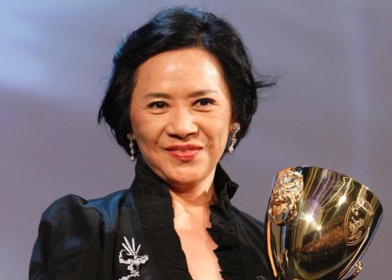 A atriz Deanie Ip é premiada como a melhor atriz do Festival de Veneza por sua atuação no filme Tao Jie (10/9/11)